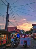 zonsondergang op dorp stock foto's