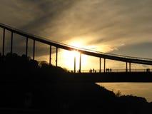 Zonsondergang op een brug stock afbeelding