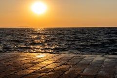 Zonsondergang op een dok stock foto's