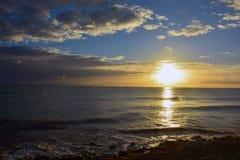 Zonsondergang op een kalme oceaan in de zomer royalty-vrije stock foto's
