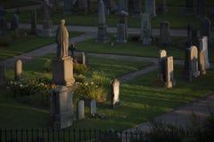 Zonsondergang op een kerkhof royalty-vrije stock fotografie