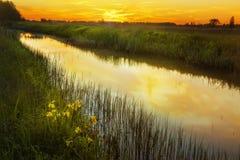 Zonsondergang op een kleine rivier Royalty-vrije Stock Afbeeldingen