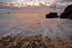 Zonsondergang op een koraalstrand Stock Afbeelding