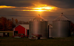 Zonsondergang op een landbouwbedrijf Royalty-vrije Stock Foto's