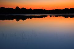 Zonsondergang op een meer Royalty-vrije Stock Afbeelding