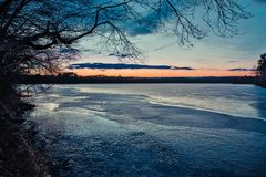 Zonsondergang op een meer in Marlborough, Massachusetts royalty-vrije stock foto's