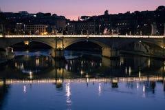Zonsondergang op een oude brug van Rome, Italië royalty-vrije stock afbeeldingen