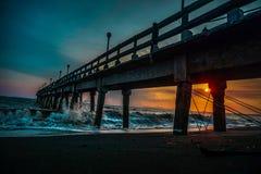 Zonsondergang op een pijler op de stranden van de Caraïben stock afbeelding
