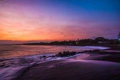 Zonsondergang op een pijler op de stranden van de Cara?ben stock fotografie