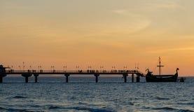 Zonsondergang op een pijler in Miedzyzdroje Polen stock foto's