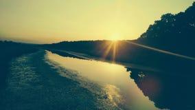 Zonsondergang op een rivier stock afbeeldingen