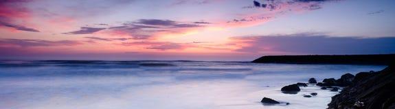 Zonsondergang op een strand stock foto's