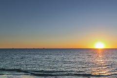 Zonsondergang op een strand dichtbij Subiaco, Westelijk Australië stock foto