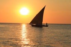 Zonsondergang op een strand van Zanzibar Stock Foto's