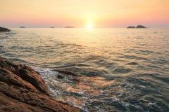 Zonsondergang op een tropische rotsachtige kust nave Stock Fotografie