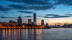 Zonsondergang op een vijver in het centrum van de stad royalty-vrije stock fotografie