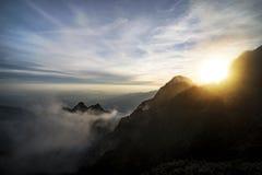 Zonsondergang op Fansipan, Middag bij de trekking Fansipan, Vietnamees: Phan Xi P ng, is de langste berg in Hoang Lien Son royalty-vrije stock foto