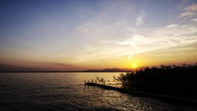 Zonsondergang op Garda-Meer stock video