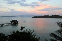 Zonsondergang op Gaya Island de Pier overzien en Kota Kinabalu Borneo - Gaya Island Sabah Malaysia Asia die royalty-vrije stock foto's