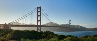 Zonsondergang op Golden gate bridge stock afbeeldingen