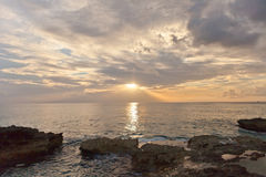 Zonsondergang op Groot Kaaimaneiland, Caymaneilanden stock foto's