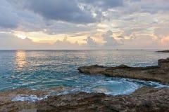 Zonsondergang op Groot Kaaimaneiland, Caymaneilanden stock foto