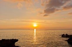 Zonsondergang op Groot Kaaimaneiland, Caymaneilanden stock afbeeldingen