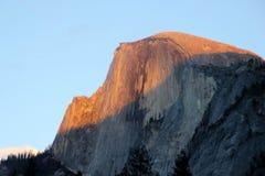 Zonsondergang op Halve Koepel, Yosemite, mening van het Parkeren van het Kerriedorp Royalty-vrije Stock Fotografie