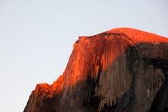 Zonsondergang op Halve Koepel, Yosemite, mening van het Parkeren van het Kerriedorp Stock Afbeeldingen