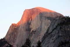 Zonsondergang op Halve Koepel, Yosemite, mening van het Parkeren van het Kerriedorp Royalty-vrije Stock Foto's