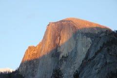 Zonsondergang op Halve Koepel, Yosemite, mening van het Parkeren van het Kerriedorp Stock Afbeelding