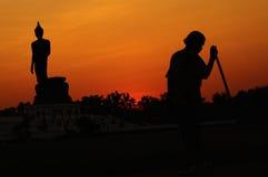 Zonsondergang op het beeld van Boedha Stock Afbeeldingen