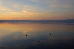 Zonsondergang op het Bracciano-meer Royalty-vrije Stock Afbeeldingen