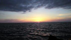 Zonsondergang op het de panoramische strand, de ongelooflijke kleuren en wolken, Adriatische Overzees, Italië, Amantea Calabrië stock videobeelden
