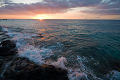 Zonsondergang op het Grote Eiland van Hawaï Stock Foto