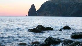 Zonsondergang op het Jaspisstrand op de kaap Fiolent stock videobeelden