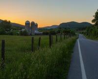 Zonsondergang op het landbouwbedrijf stock fotografie