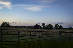 Zonsondergang op het landbouwbedrijf royalty-vrije stock foto's