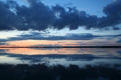 Zonsondergang op het meer Stock Afbeeldingen
