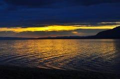 Zonsondergang op het meer Royalty-vrije Stock Afbeeldingen
