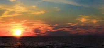 Zonsondergang op het meer bij dageraad Royalty-vrije Stock Foto