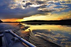 Zonsondergang op het meer Boot oar Stock Afbeelding