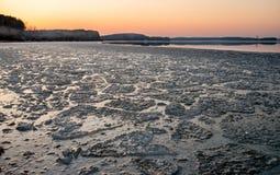Zonsondergang op het meer in de lente Stock Foto