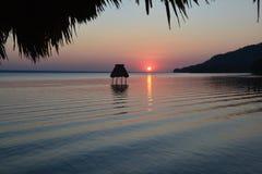 Zonsondergang op het Meer Gr Remate Guatemala van Peten Itza stock afbeeldingen