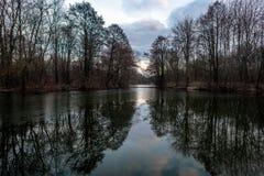Zonsondergang op het meer met eilanden Royalty-vrije Stock Afbeelding