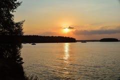 Zonsondergang op het meer, silhouet van een berk op een zonsondergang backgroun royalty-vrije stock fotografie
