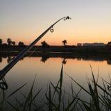 zonsondergang op het meer terwijl visserij Royalty-vrije Stock Fotografie