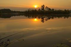 Zonsondergang op het meer Visserij op het meer Royalty-vrije Stock Fotografie