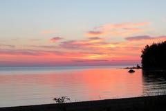 Zonsondergang op het meer, wolken royalty-vrije stock fotografie