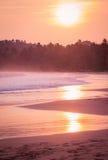 Zonsondergang op het oceaanstrand Royalty-vrije Stock Fotografie